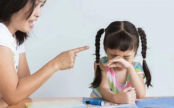 4 câu lỡ miệng của bố mẹ ám ảnh trẻ lâu dài - Ảnh 1