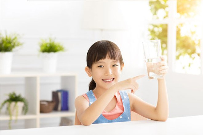 Mẹ đã biết nhu cầu nước một ngày cho bé theo từng độ tuổi cần bao nhiêu? - Ảnh 2