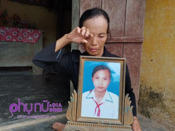 Éo le cảnh đời người mẹ đơn thân 5 năm ôm di ảnh con gái xấu số, sống côi cút trong căn nhà rách mái - Ảnh 1