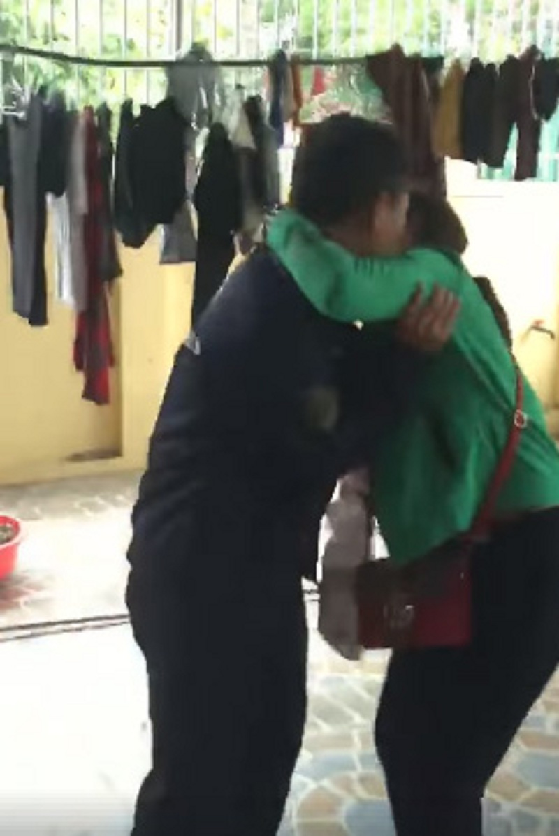 Được tặng quà 20/10, vợ vui sướng đuổi chồng chạy quanh nhà để 'cưỡng hôn' cực hài hước - Ảnh 2