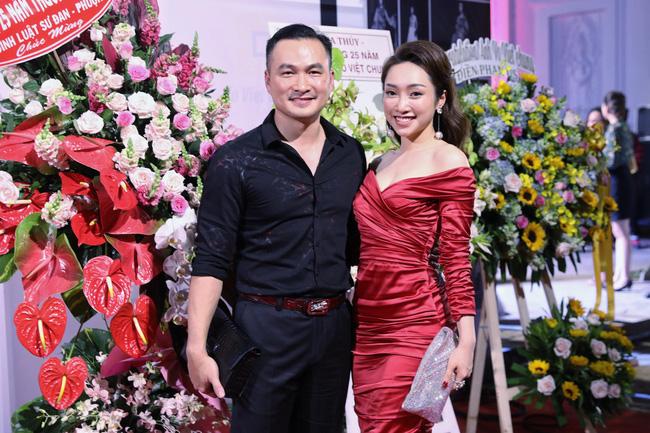 Trong thời điểm bị nghi rạn nứt hôn nhân, Chi Bảo bất ngờ xuất hiện thân mật bên người tình tin đồn - Ảnh 1
