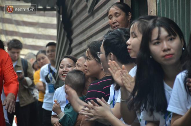 Ngày 20/10 đặc biệt của những phận người phụ nữ nghèo khổ trong xóm trọ tồi tàn ở Hà Nội - Ảnh 11