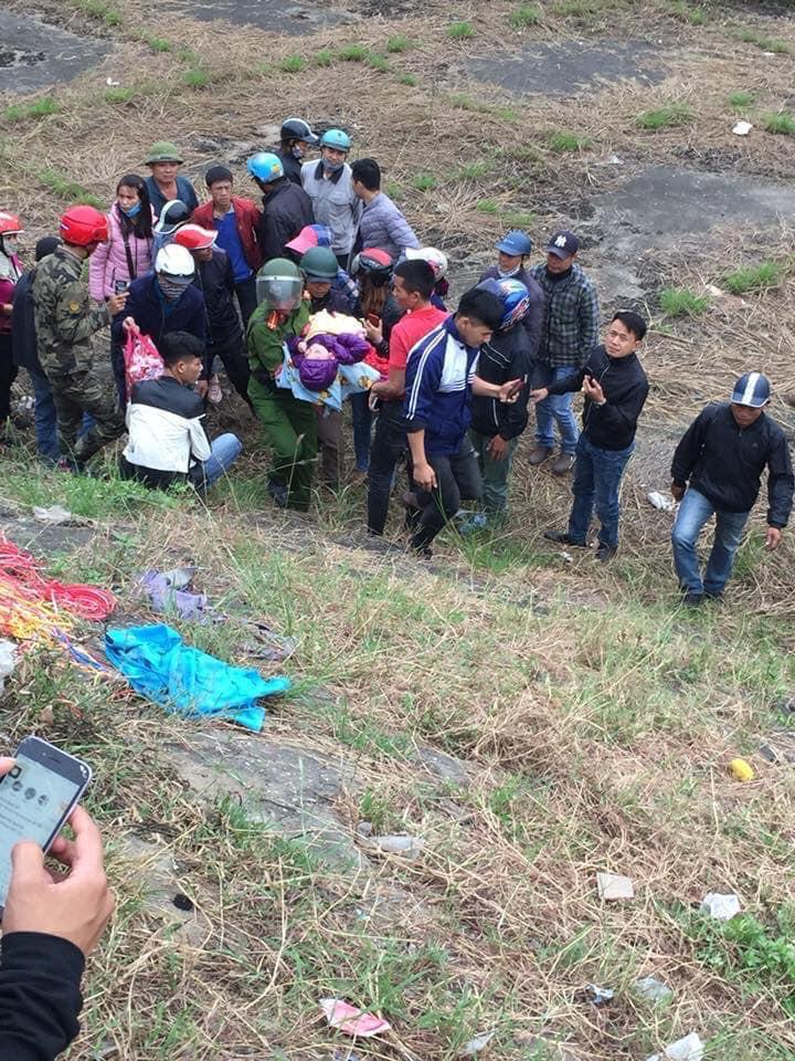 Bắc Ninh: Bị người thân bỏ rơi, bé trai 3 tuổi nằm thoi thóp vì đói rét dưới chân cầu - Ảnh 1