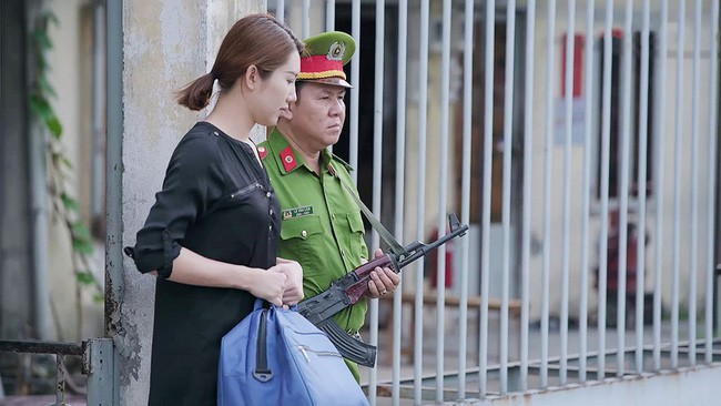 'Gạo nếp gạo tẻ': Vừa ra tù, Hân Hoa hậu đã lại làm 'mẹ thiên hạ', chê nhà bà Mai 'Nhỏ vậy sao ở được?' - Ảnh 1