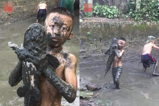 Hình ảnh cậu bé lấm lem bắt cá trê ao làng gợi lại quãng 'tuổi thơ dữ dội' trong ký ức thế hệ 8X - Ảnh 1