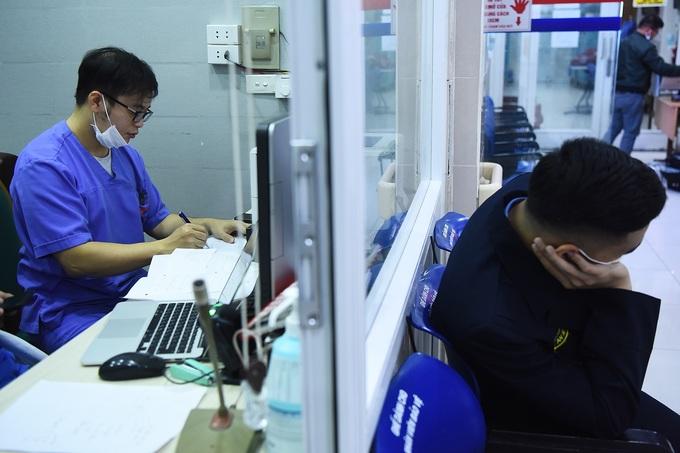 Bác sĩ cấp cứu ở viện Bạch Mai: 'Thời gian một giây cũng là vàng' - Ảnh 1