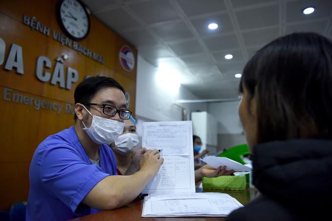 Bác sĩ cấp cứu ở viện Bạch Mai: 'Thời gian một giây cũng là vàng' - Ảnh 8