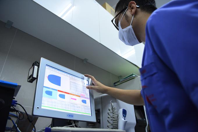 Bác sĩ cấp cứu ở viện Bạch Mai: 'Thời gian một giây cũng là vàng' - Ảnh 9