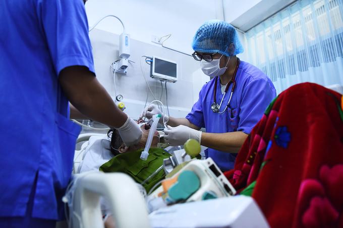 Bác sĩ cấp cứu ở viện Bạch Mai: 'Thời gian một giây cũng là vàng' - Ảnh 5