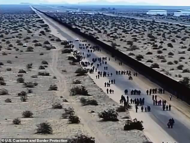Cận cảnh lỗ đào 'xuyên thủng' bức tường biên giới Mỹ, nơi 376 người vượt biên - Ảnh 1