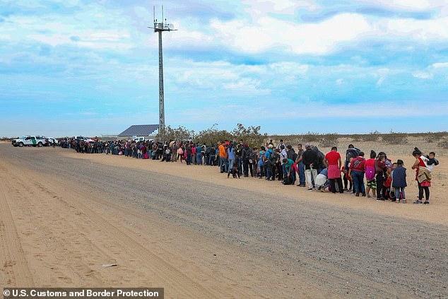 Cận cảnh lỗ đào 'xuyên thủng' bức tường biên giới Mỹ, nơi 376 người vượt biên - Ảnh 3