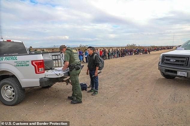 Cận cảnh lỗ đào 'xuyên thủng' bức tường biên giới Mỹ, nơi 376 người vượt biên - Ảnh 4