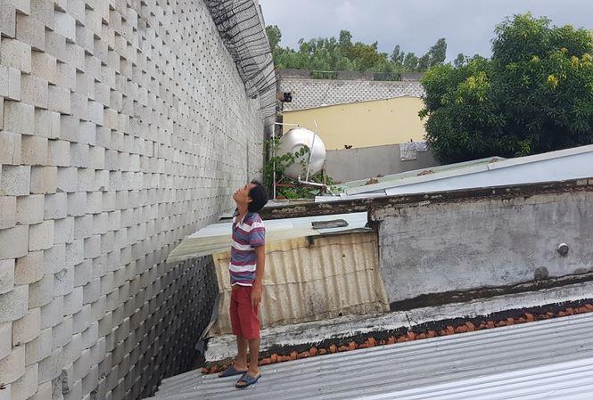 Cưỡng chế tường 'khủng' treo trên đầu dân tại dự án Đồi Xanh Nha Trang - Ảnh 1