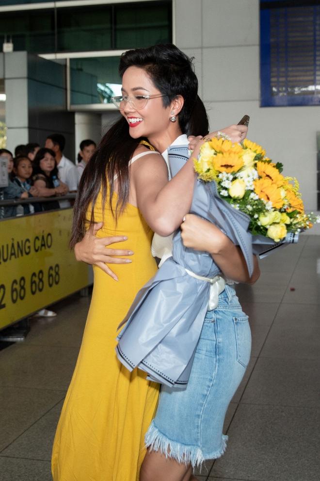 Hoa hậu Hoàn vũ Nhật Bản từng gây sốt với quốc phục thuỷ thủ mặt trăng sang Việt Nam thăm H'Hen Niê - Ảnh 1