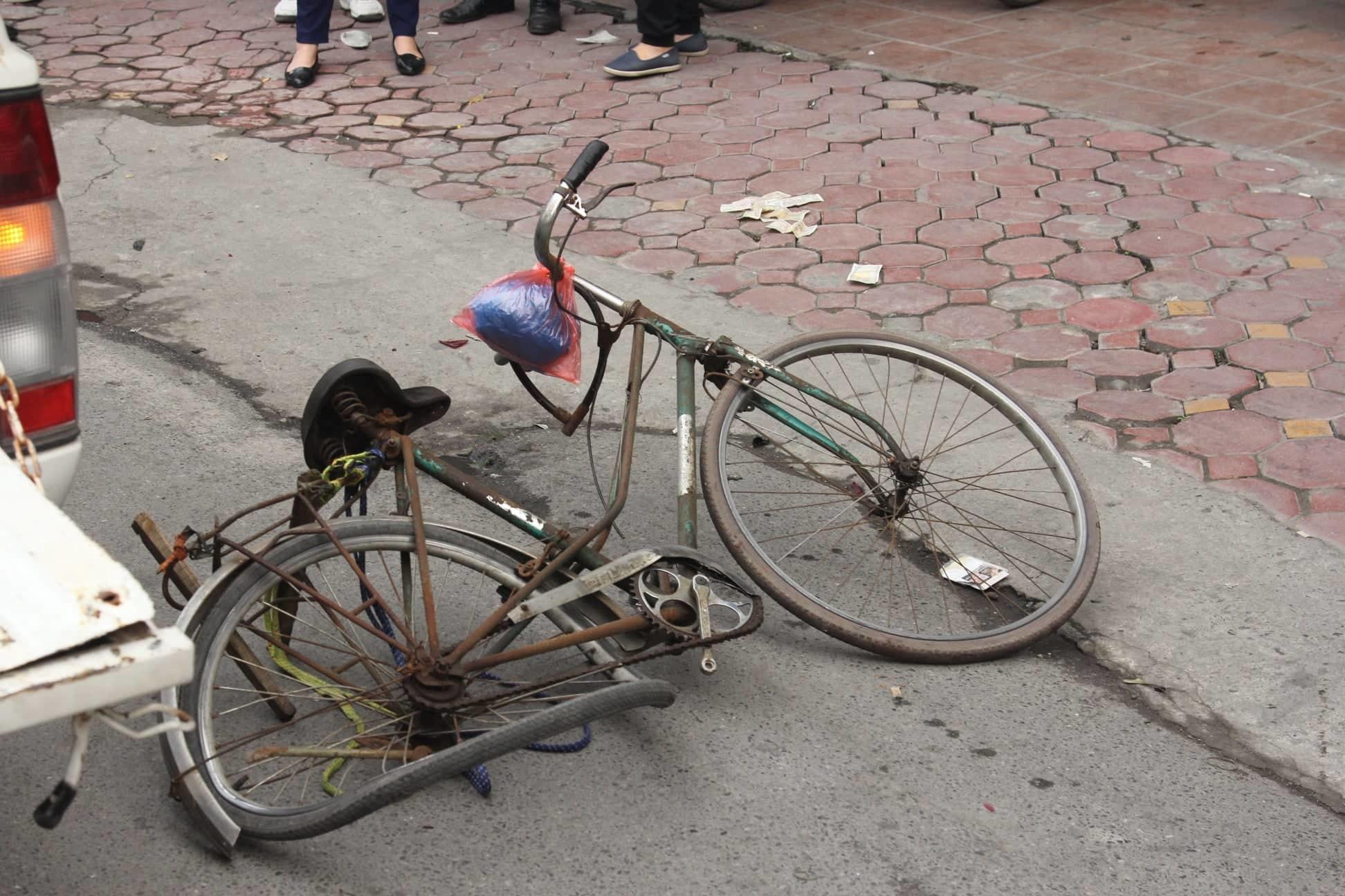 Ô tô đâm 5 xe trên phố Ngọc Khánh, cụ bà bán hàng rong đi bộ tử vong - Ảnh 3