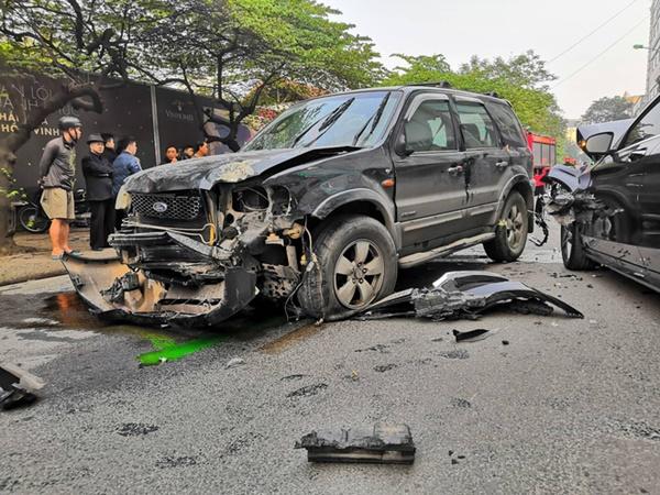 Vụ xe điên gây tai nạn liên hoàn khiến cụ bà tử vong: Tài xế xuống xe xin lỗi từng nạn nhân, người thân gào khóc tại hiện trường - Ảnh 2