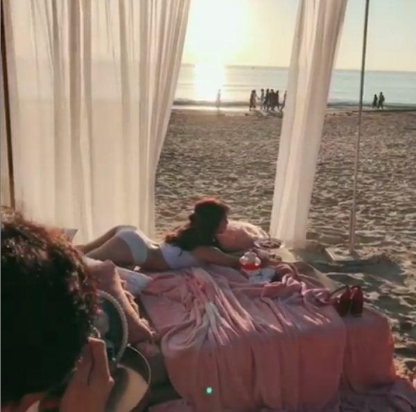 'Đỏ mặt tía tai' với clip Ngọc Trinh tạo dáng gợi cảm trên giường khi chụp ảnh nội y - Ảnh 1