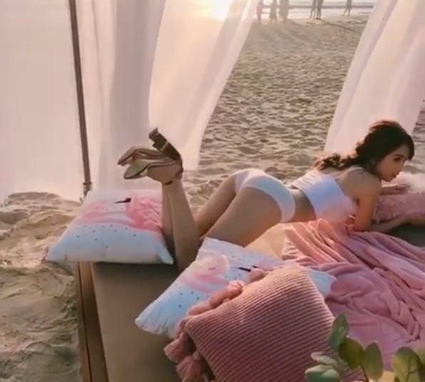 'Đỏ mặt tía tai' với clip Ngọc Trinh tạo dáng gợi cảm trên giường khi chụp ảnh nội y - Ảnh 3