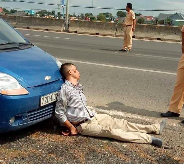 Vợ tài xế côn đồ ép ngã đại uý CSGT chết thảm: 'Chồng tôi bị tâm thần nặng, lái trộm xe' - Ảnh 1