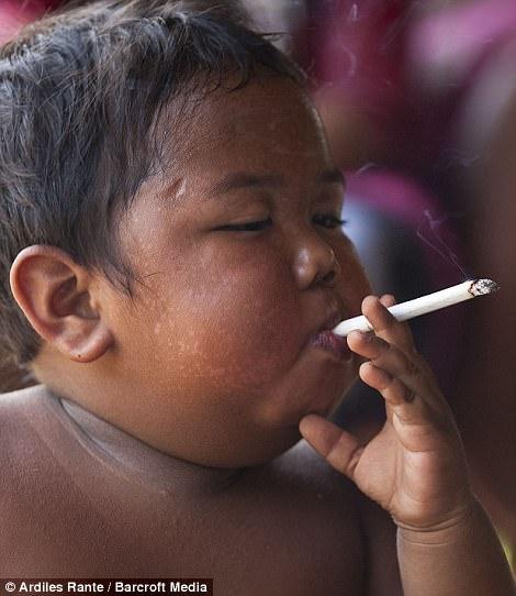 7 năm tuổi ấu thơ cơ cực của cậu bé hút 40 điếu thuốc mỗi ngày, bị ví là 'nô lệ tí hon' của thuốc lá và hành trình tìm lại chính mình khiến cả thế giới kinh ngạc - Ảnh 7