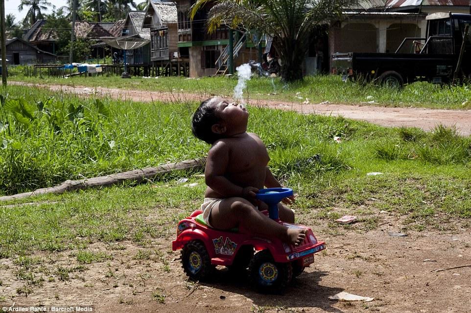 7 năm tuổi ấu thơ cơ cực của cậu bé hút 40 điếu thuốc mỗi ngày, bị ví là 'nô lệ tí hon' của thuốc lá và hành trình tìm lại chính mình khiến cả thế giới kinh ngạc - Ảnh 9
