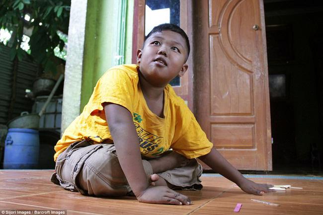 7 năm tuổi ấu thơ cơ cực của cậu bé hút 40 điếu thuốc mỗi ngày, bị ví là 'nô lệ tí hon' của thuốc lá và hành trình tìm lại chính mình khiến cả thế giới kinh ngạc - Ảnh 10
