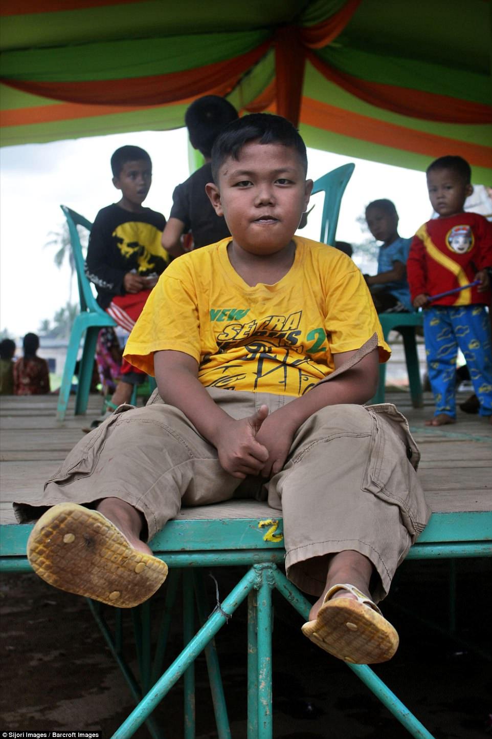 7 năm tuổi ấu thơ cơ cực của cậu bé hút 40 điếu thuốc mỗi ngày, bị ví là 'nô lệ tí hon' của thuốc lá và hành trình tìm lại chính mình khiến cả thế giới kinh ngạc - Ảnh 11