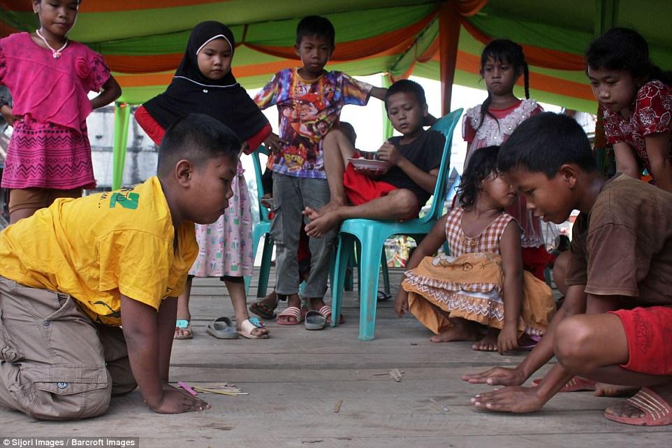 7 năm tuổi ấu thơ cơ cực của cậu bé hút 40 điếu thuốc mỗi ngày, bị ví là 'nô lệ tí hon' của thuốc lá và hành trình tìm lại chính mình khiến cả thế giới kinh ngạc - Ảnh 13