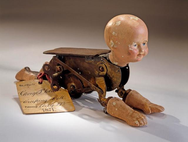 Búp bê của hơn 100 năm về trước: Ai mà ngờ món đồ chơi đáng yêu dành cho trẻ em từng có hình dạng kinh dị gây mất ngủ - Ảnh 1