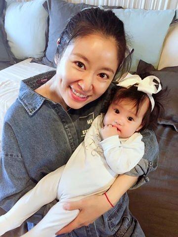 Khoe quà sinh nhật tặng con gái, Lâm Tâm Như bị so sánh không khéo nuôi dạy con bằng bạn thân Triệu Vy - Ảnh 1