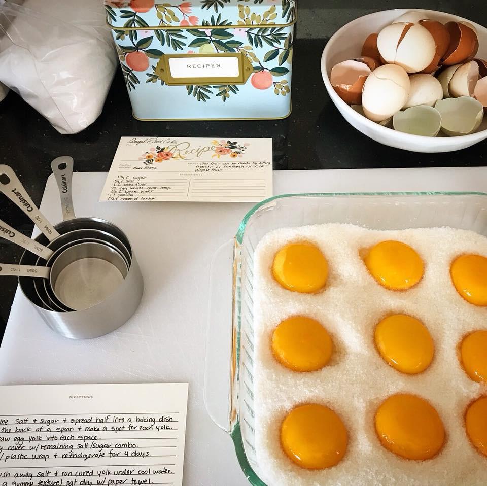Dùng cả đường và muối để làm trứng muối như công thức trên mạng, cô gái không ngờ thành phẩm ngon hơn cách cũ bội phần - Ảnh 1
