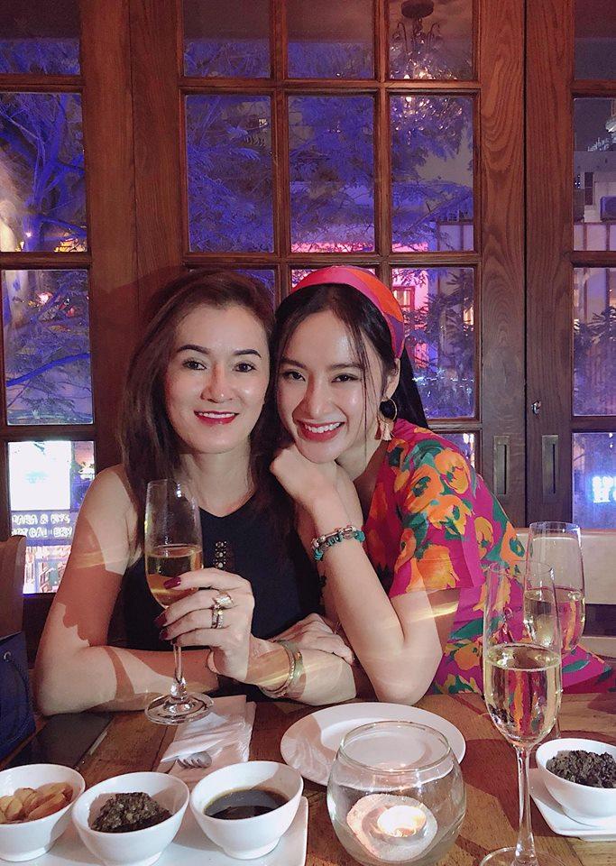 Mẹ đẻ Angela Phương Trinh gây sửng sốt vì trẻ đẹp không kém con gái - Ảnh 9