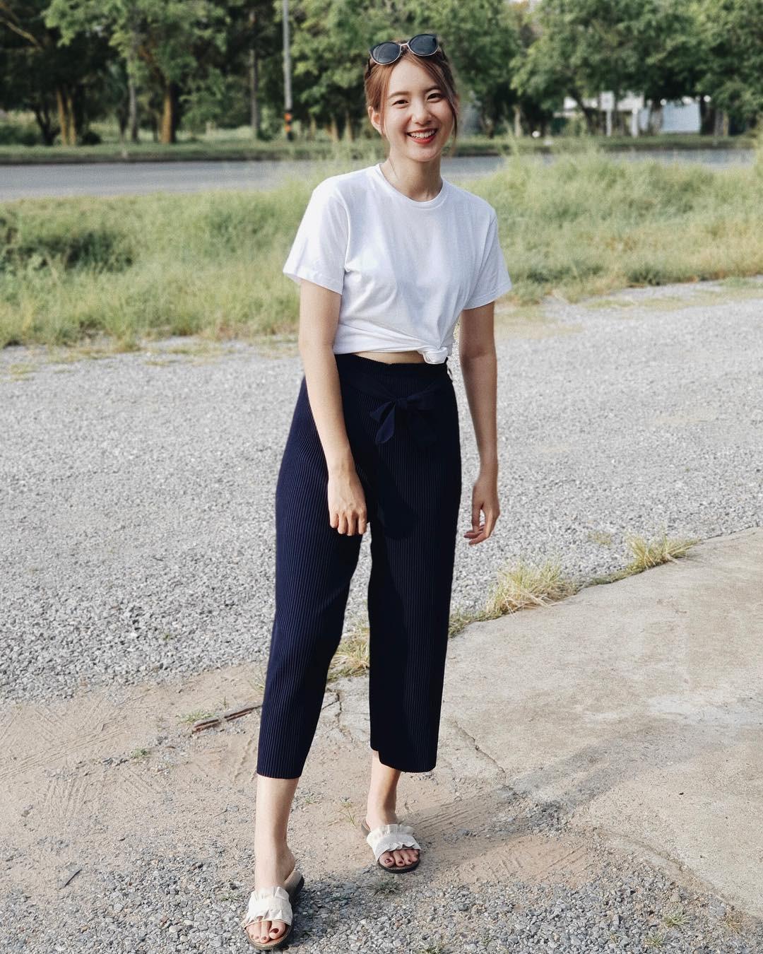 Quanh đi quẩn lại, áo phông trắng vẫn là item dễ mặc nhất và diện được muôn kiểu siêu xinh - Ảnh 3