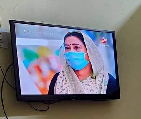 Cười ra nước mắt vì nụ hôn sáng tạo sau nón chắn dịch ở phim Ấn Độ mùa giãn cách - Ảnh 5