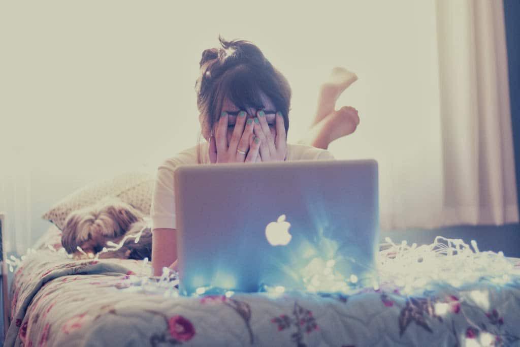 Dán mắt vào máy tính xách tay không ngừng nghỉ khiến bạn có nguy cơ gặp phải nhiều vấn đề sức khỏe tiềm ẩn - Ảnh 4