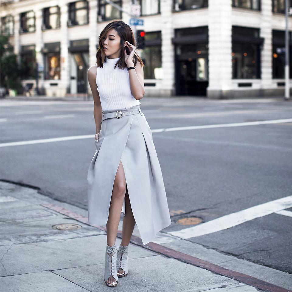Chân váy midi với chất liệu rủ mềm mại là món đồ không thể thiếu trong tủ của nàng hông to