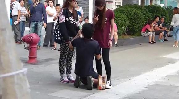 Chàng trai bị người yêu mắng chửi, bắt quỳ gối xin lỗi vì lý do chẳng ai ngờ - Ảnh 2