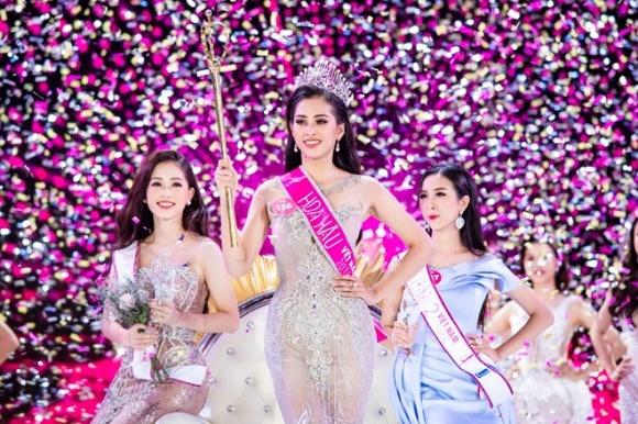 Hậu trường trước đêm đăng quang của Hoa hậu Trần Tiểu Vy, fan phát hiện có nét giống Phạm Hương - Ảnh 1