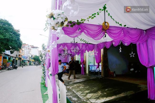 Khung cảnh đám cưới lãng mạn trong giờ phút cô dâu 61 tuổi chuẩn bị lên xe hoa về nhà chồng 26 tuổi - Ảnh 1