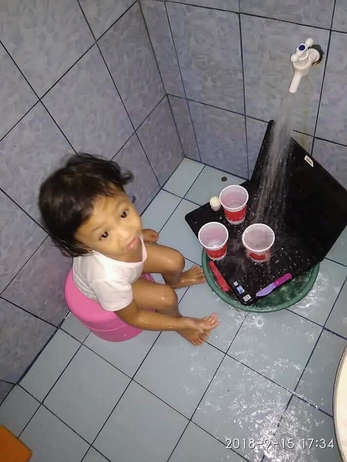 Cô bé ngây thơ mang laptop ra 'tắm rửa' sạch sẽ
