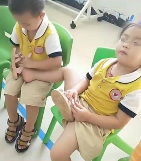 Cô giáo gửi clip con ở trường, mẹ ngỡ ngàng trước hành động của bé với bạn gái - Ảnh 1