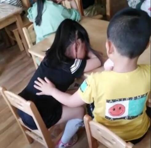 Cô giáo gửi clip con ở trường, mẹ ngỡ ngàng trước hành động của bé với bạn gái - Ảnh 3