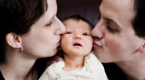 Con viêm phổi nặng vì mẹ thích hôn miệng - Ảnh 1