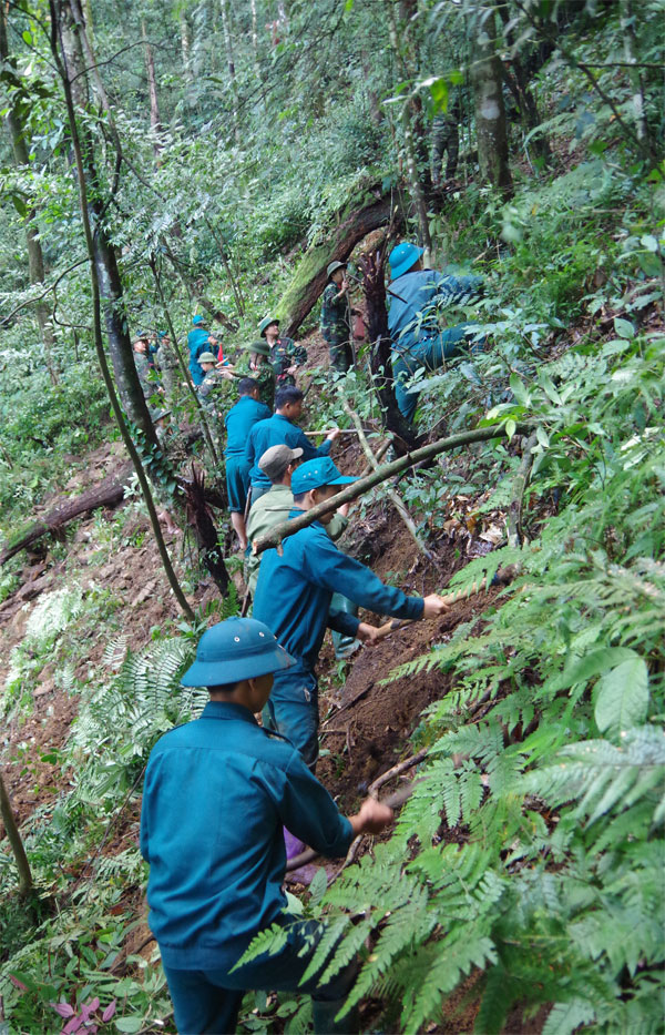 10 giờ băng rừng tìm kiếm hài cốt 2 phi công trên núi Tam Đảo - Ảnh 1