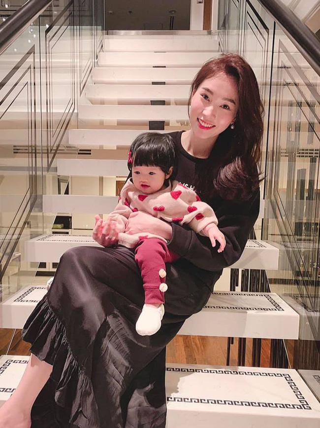 Hoa hậu Đặng Thu Thảo khoe ảnh gia đình nhân dịp năm mới - Ảnh 1