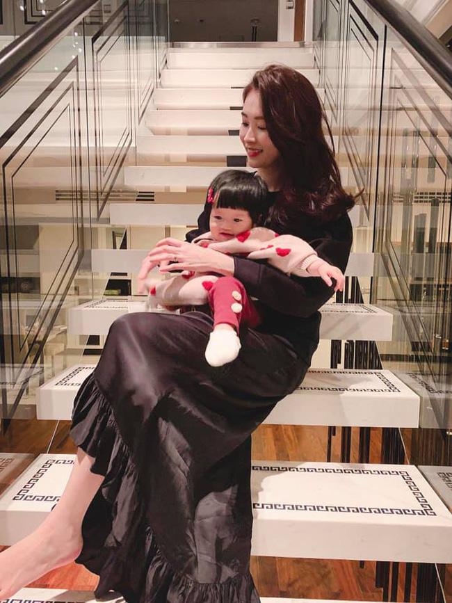 Hoa hậu Đặng Thu Thảo khoe ảnh gia đình nhân dịp năm mới - Ảnh 2