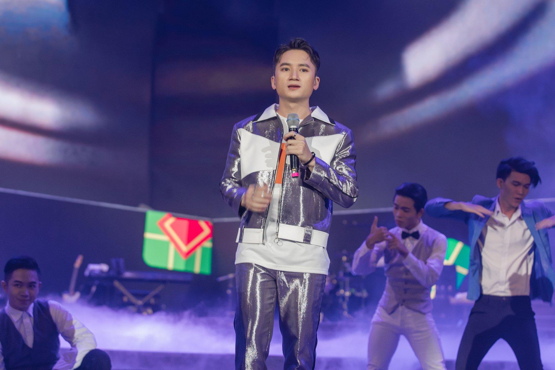 Phan Mạnh Quỳnh lần đầu hát live 'Đi để trở về 4' trước hàng chục ngàn khán giả tại New Year Countdown 2020 - Ảnh 1
