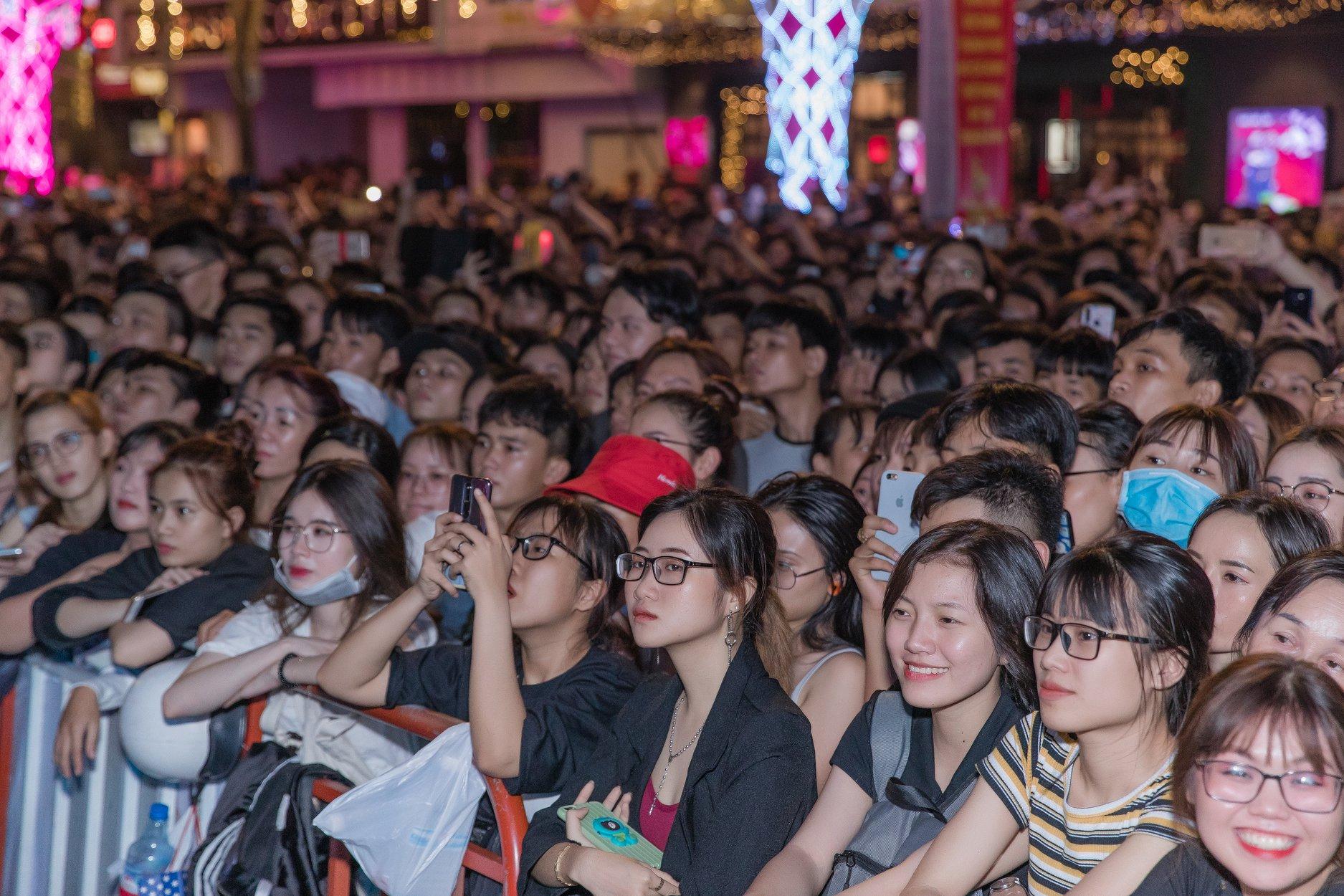 Phan Mạnh Quỳnh lần đầu hát live 'Đi để trở về 4' trước hàng chục ngàn khán giả tại New Year Countdown 2020 - Ảnh 4