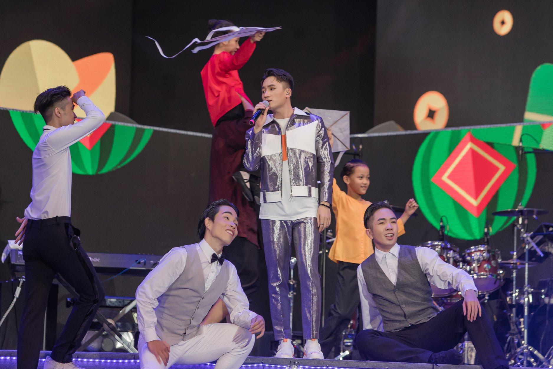Phan Mạnh Quỳnh lần đầu hát live 'Đi để trở về 4' trước hàng chục ngàn khán giả tại New Year Countdown 2020 - Ảnh 2