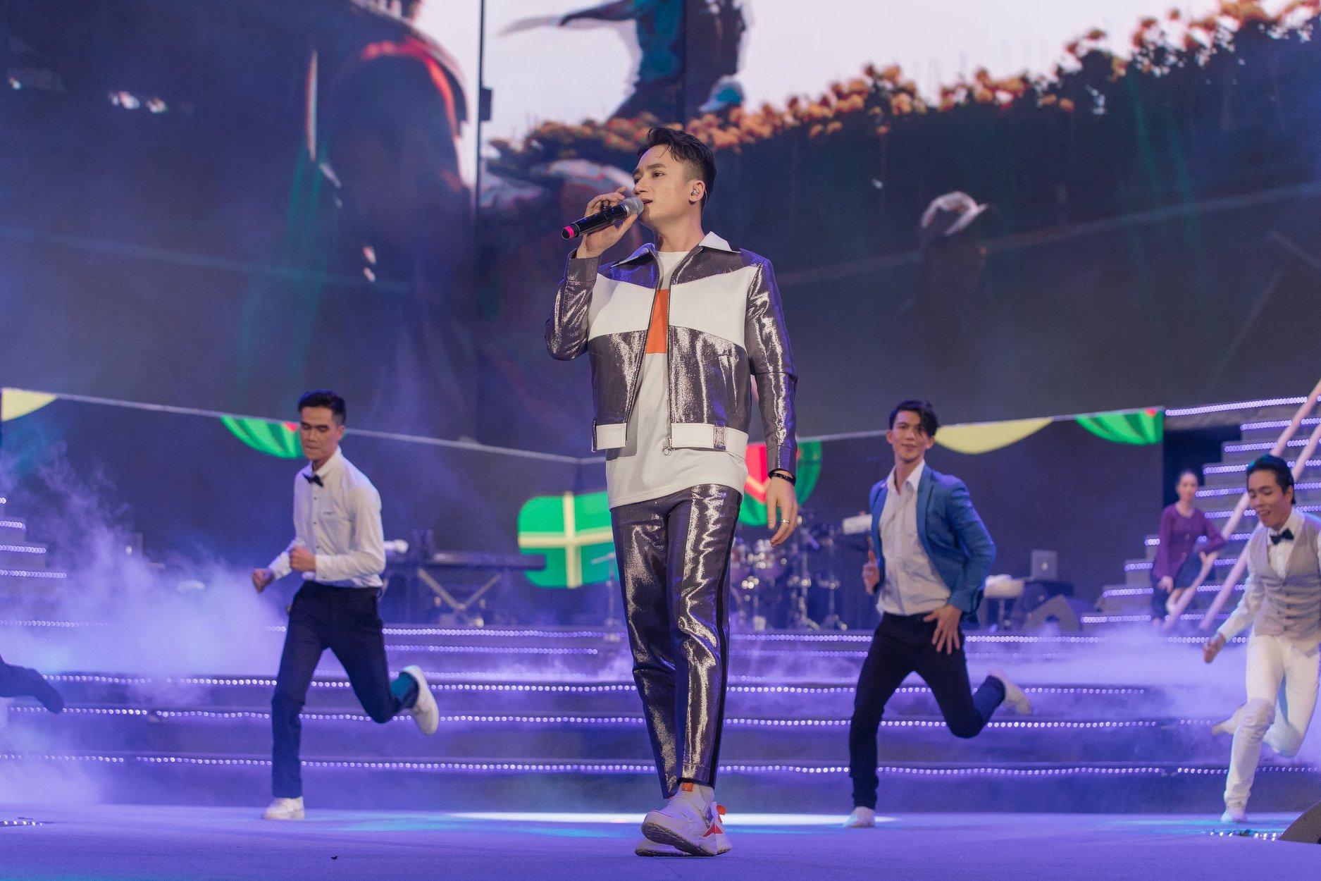 Phan Mạnh Quỳnh lần đầu hát live 'Đi để trở về 4' trước hàng chục ngàn khán giả tại New Year Countdown 2020 - Ảnh 3